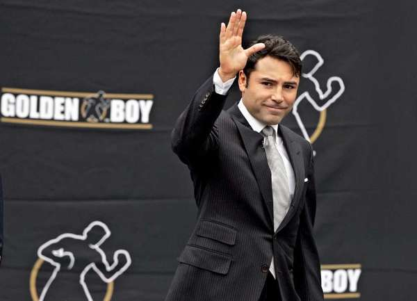 Oscar De La Hoya waves to a crowd before announcing his retirement from fighting on April 14, 2009.