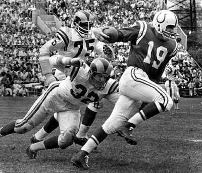 Sun archives: Baltimore Colts photos - John Unitas passes Los Angeles linebacker Jack Pardee in 1962