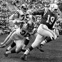 John Unitas passes Los Angeles linebacker Jack Pardee in 1962
