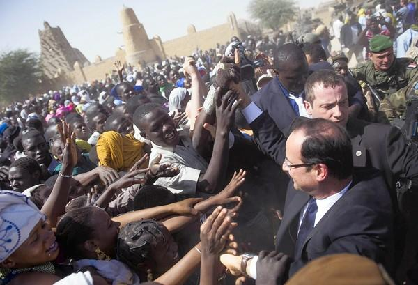 Timbuktu residents warmly welcome French President Francois Hollande during his visit to the northern Malian town, where French-led forces drove out Islamist militants.