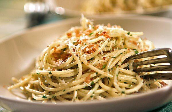 Spaghetti with arugula and bread crumbs.