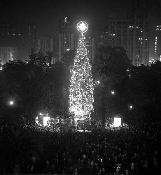 Christmas tree lighting draws a crowd in Pershing Square on Nov. 28, 1949, when the park still had some civic drawing power.