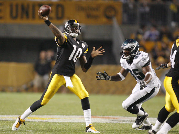 Pittsburgh Steelers quarterback Dennis Dixon (L) passes against pressure by Philadelphia Eagles cornerback Trevard Lindley.