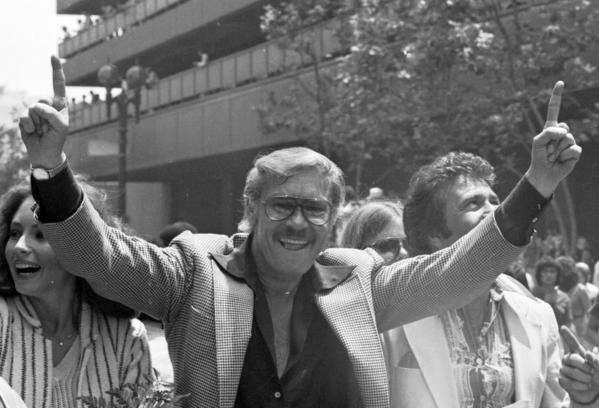 Jerry Buss flashes the No. 1 sign as his Lakers team is honored with a parade on May 19, 1980. It was the Lakers' first title with Buss as owner.