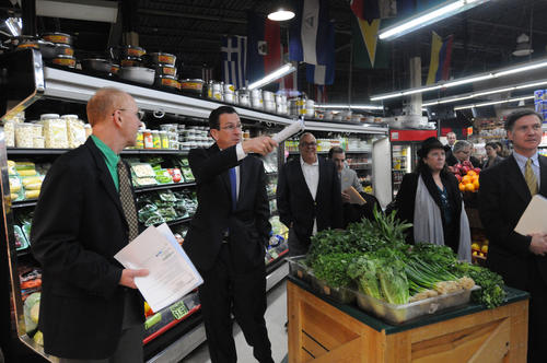 Governor Dannel P. Malloy, second from left, joined by Department of Energy and Environmental Protection (DEEP) commissioner Dan Esty, right, visited La Plaza del Mercado