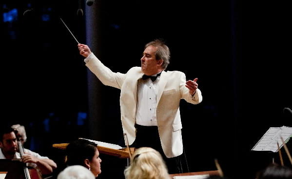 "James Conlon conducts the Chicago Symphony Orchestra and Chorus in Mahler's ""Das Klegende Lied"" at Ravinia Park in 2011."