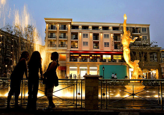 "What happens when home is the mall? Glendale's new <a href=""http://www.americanaatbrand.net"">Americana at Brand</a>, developer Rick Caruso's $400 million encore to <a href=""http://www.thegrovela.com/"">the Grove</a>, is bigger and bolder than its L.A. counterpart, with 238 apartments and 100 condos. Americana has housing, but does it have the charm of a great neighborhood? A place to gather and kvetch? The Home section's Man of the House columnist Ch"