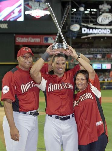 Yankees second baseman Robinson Cano accepts the home run derby winner's trophy with parents Jose and Mercedes Cano at his side on Monday at Chase Field in Phoenix.
