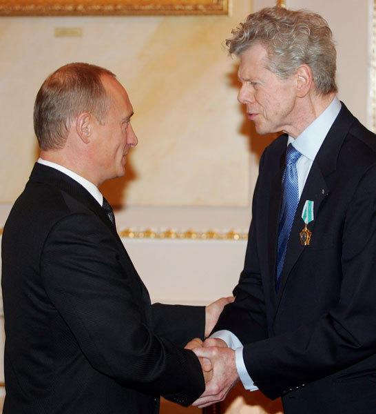 Russian President Vladimir Putin (L) awards U.S. pianist Van Cliburn, 70, with the Order of Friendship during a ceremony in Moscow's Kremlin, September 20, 2004, for the musician's effort in strengthening cultural cooperation between Russia and the United States.