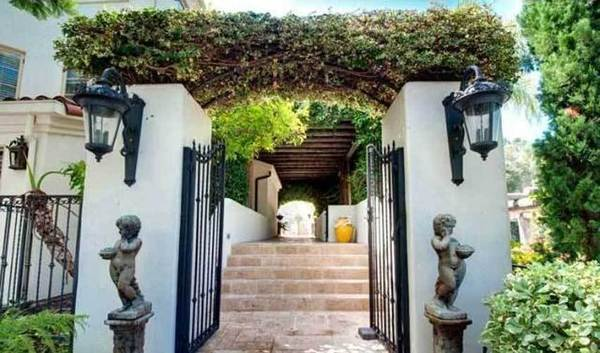Denis Watson lists Pacific Palisades compound