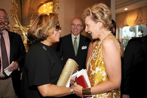 "<a class=""taxInlineTagLink"" id=""PECLB000872"" title=""Diahann Carroll"" href=""/topic/entertainment/television/diahann-carroll-PECLB000872.topic"">Diahann Carroll</a>, left, and Shelley Reid."