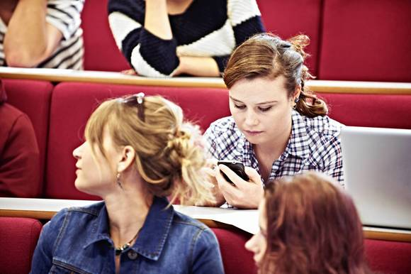 Are your grades hurting from playing with your Smartphone?