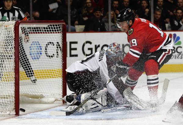 Chicago Blackhawks' Jonathan Toews scores short-handed goal against Colorado Avalanche's Semyon Varlamov in 3rd period of Hawks' 3-2 win during NHL game at the United Center in Chicago.