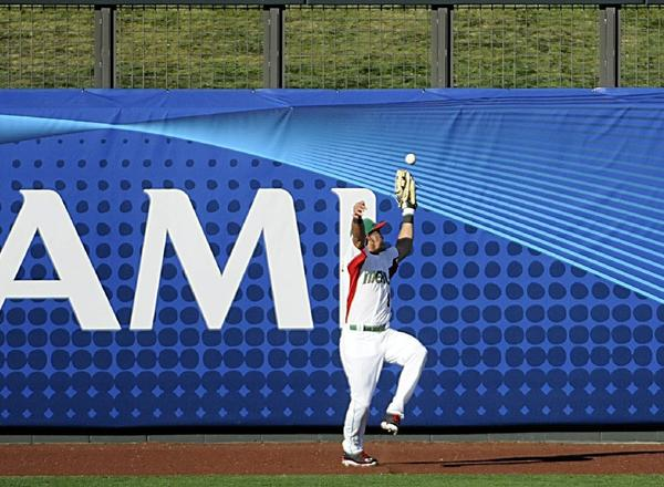 Mexico left fielder Edgar Gonzalez misplays a fly ball in the ninth inning that allowed Italy to score go-ahead run.