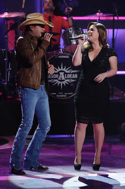 Jason Aldean and Kelly Clarkson perform on American Idol.