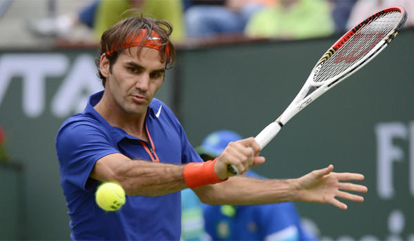 Defending champion Roger Federer had little trouble eliminating 43rd-ranked Denis Istomin of Uzbekistan, 6-2, 6-3, at the BNP Paribas Open on Saturday.