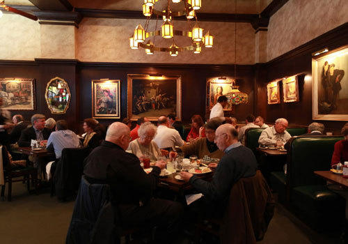 <b>Who eats:</b> A mix of suits, tourists looking for a Chicago experience and locals.