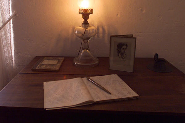 treasure island author robert louis stevenson returns latimes robert louis stevenson s desk at his home in monterey calif