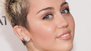 Miley Cyrus explains her missing ring, gets a tattoo