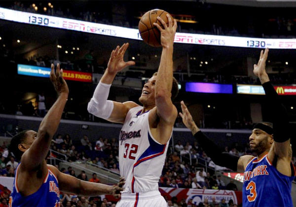 Clippers forward Blake Griffin (32) shoots over New York Knicks big man Kurt Thomas.