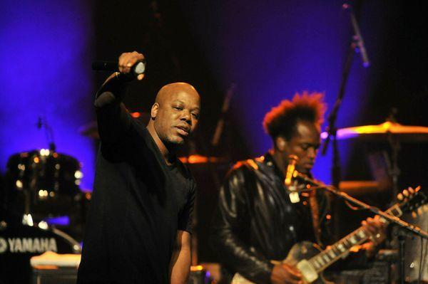 Too Short performs with the Roots crew in Los Angeles in 2011.