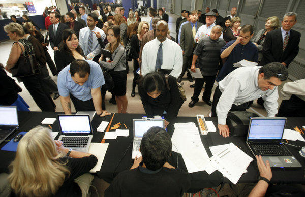 Applicants seeking work stand in line at the NEC Job Matching counter at the 10,000 Best Jobs Expo on Thursday.