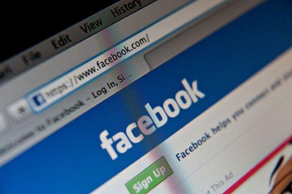 Looking at your Facebook page may help you accept criticism and weather attacks on your ego, a study suggests.