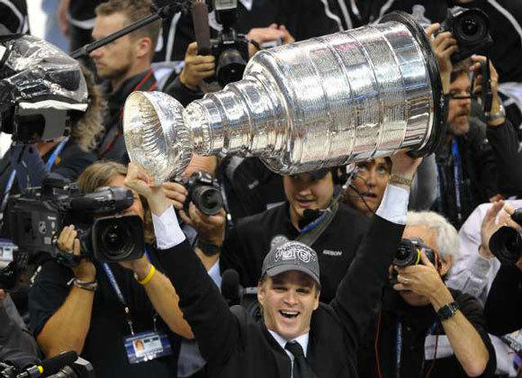 Luc Robitaille hoists the Stanley Cup after the Kings' Game 6 victory.