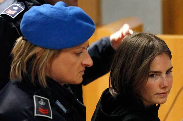 Amanda Knox (R), the U.S. student convicted of killing her British flatmate in Italy in 2007, arrives in court in Perugia January 22, 2011.