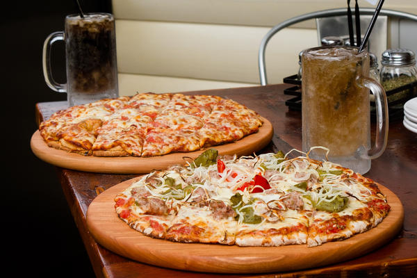 "<a href=""http://chicago.metromix.com/venues/mmxchi-pizza-house-1647-venue"">Pizza House No. 1647</a><br> <i>1647 W. Cortland St. 773-252-3500</i><br> <b>Rating:</a> !!! (out of four)<br> >><a href=""http://www.redeyechicago.com/redeye-pizza-review-pizza-house-no-1647-20130328,0,2368401.story"">Read the full review</a>"