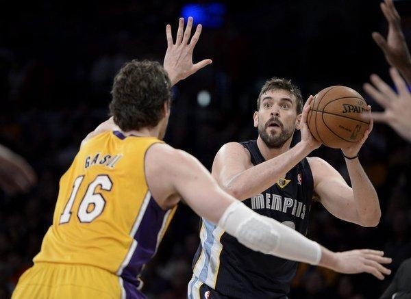 Lakers forward Pau Gasol (16) guards his brother, Memphis Grizzlies center Marc Gasol.
