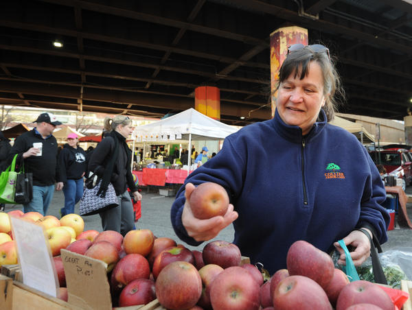 Early this morning, Diana Smith from Woodstock looks at apples from Reid's Orchard