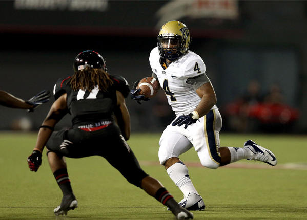 Pittsburgh Panthers running back Rushel Shell (4) runs against the Cincinnati Bearcats.