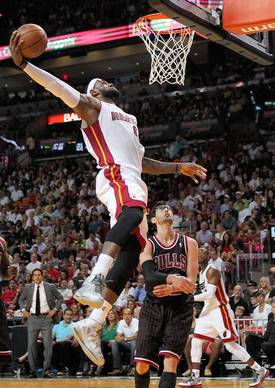 The Heat's LeBron James dunks against Kirk Hinrich during the second quarter.