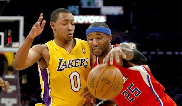 Andrew Goudelock defends against the Clippers' Mo Williams during a game last season.