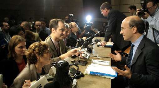 Kenneth Rogoff, right, co-author of a controversial anti-deficit paper, at an International Monetary Fund event in 2002.