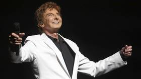Barry Manilow has hits and awards, but he's focused on music class