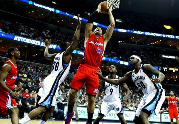 Clippers forward Blake Griffin (32) elevates to the basket against the defense of the Memphis Grizzlies.