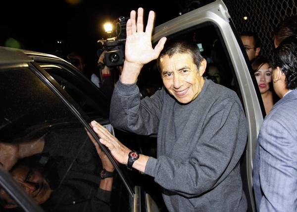 Gen. Tomas Angeles Dauahare waves after his release from Altiplano maximum-security prison last week in Mexico.