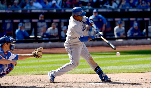 Juan Uribe hits an RBI single in the ninth inning of the Dodgers' 3-2 win over the New York Mets on Thursday.