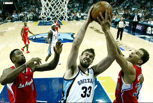 epa03677299 Memphis Grizzlies center Marc Gasol, of Spain, (C) fights for a rebound against Los Angeles Clippers center DeAndre Jordan (L) and Los Angeles Clippers forward Blake Griffin (R) during of the second half of game three of the NBA Western Conference Quarterfinal round game at FedExForum in Memphis, Tennessee, USA, 25 April 2013. Clippers lead the series 2-1. EPA/MIKE BROWN CORBIS OUT ** Usable by LA Only **