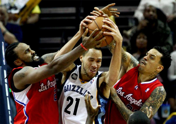 Memphis Grizzlies Tayshaun Prince (21) battles Clippers' Ronny Turiaf, left, and Matt Barnes for a rebound.