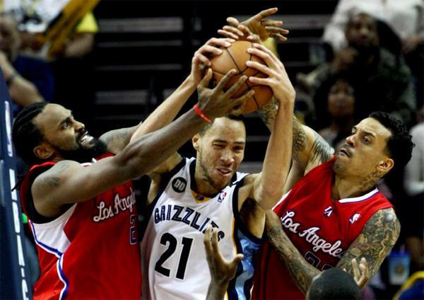 Memphis Grizzlies Tayshaun Prince (21) battles Clippers' Ronny Turiaf, left, and Matt Barnes for a rebound.