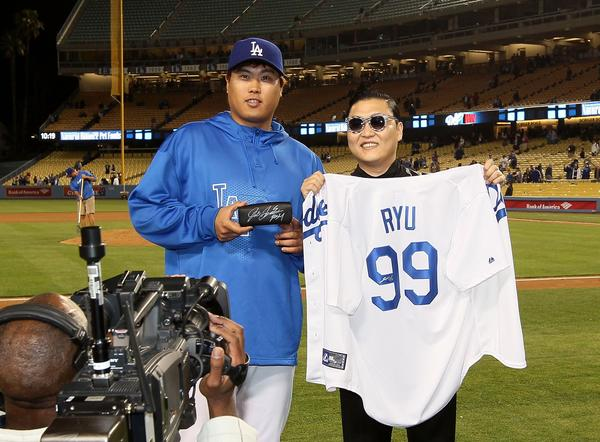 Dodgers pitcher Hyun-Jin Ryu and pop star Psy, both from South Korea, exchanged gifts following Tuesday night's game against the Colorado Rockies.