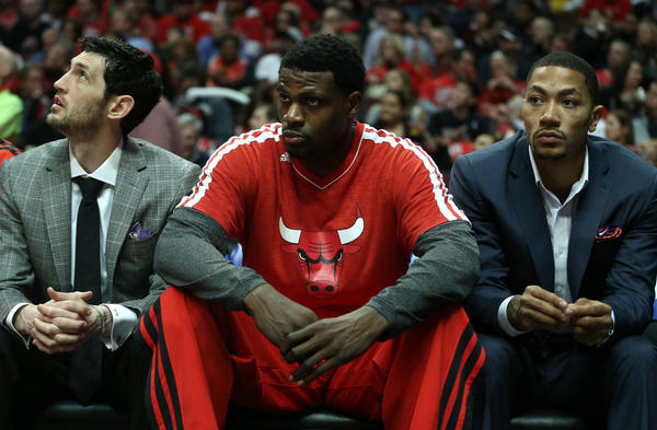 Injured Chicago Bulls players Kirk Hinrich (left) and Derrick Rose (right) sit beside Nazr Mohammed during Thursday's game.
