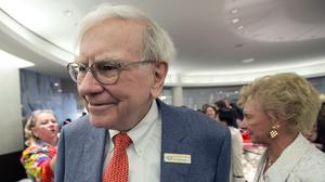 Warren Buffett says economy slowly improving, calls Bernanke 'gutsy'