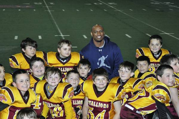 Homer Stallions Widget players pose with Jarrett Payton, who said he wished he could play again after seeing their enthusiasm for the game