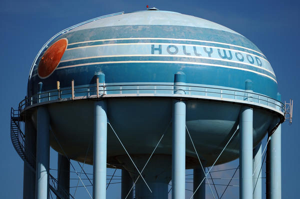 The Hollywood water tower east of West Lake Park on Sheridan Street is getting a makeover.
