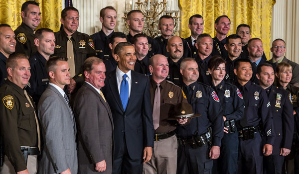 WASHINGTON, DC - President Barack Obama poses for a picture with the 2013 National Association of Police Organizations TOP COPS award winners, including Chicago Police Officer Del Pearson (second from right in second row).