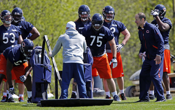 Bears offensive coordinator/offensive line coach Aaron Kromer works with Kyle Long and other linemen at rookie minicamp.